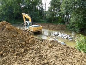 Apport de terre et mise en place de blocs granit pour reconstituer une rampe douce