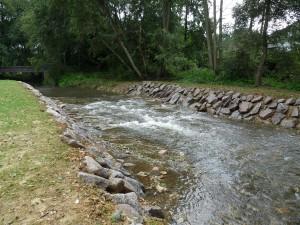 Reprise terminée, la ligne d'eau a été réhaussée à son état initiale et la pente suffisamment étalée pour permettre le franchissement par toutes les espèces de poissons